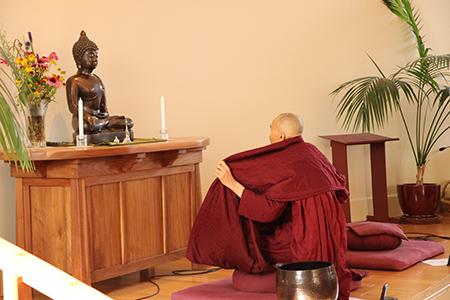 Bhante Khippapanno meditating